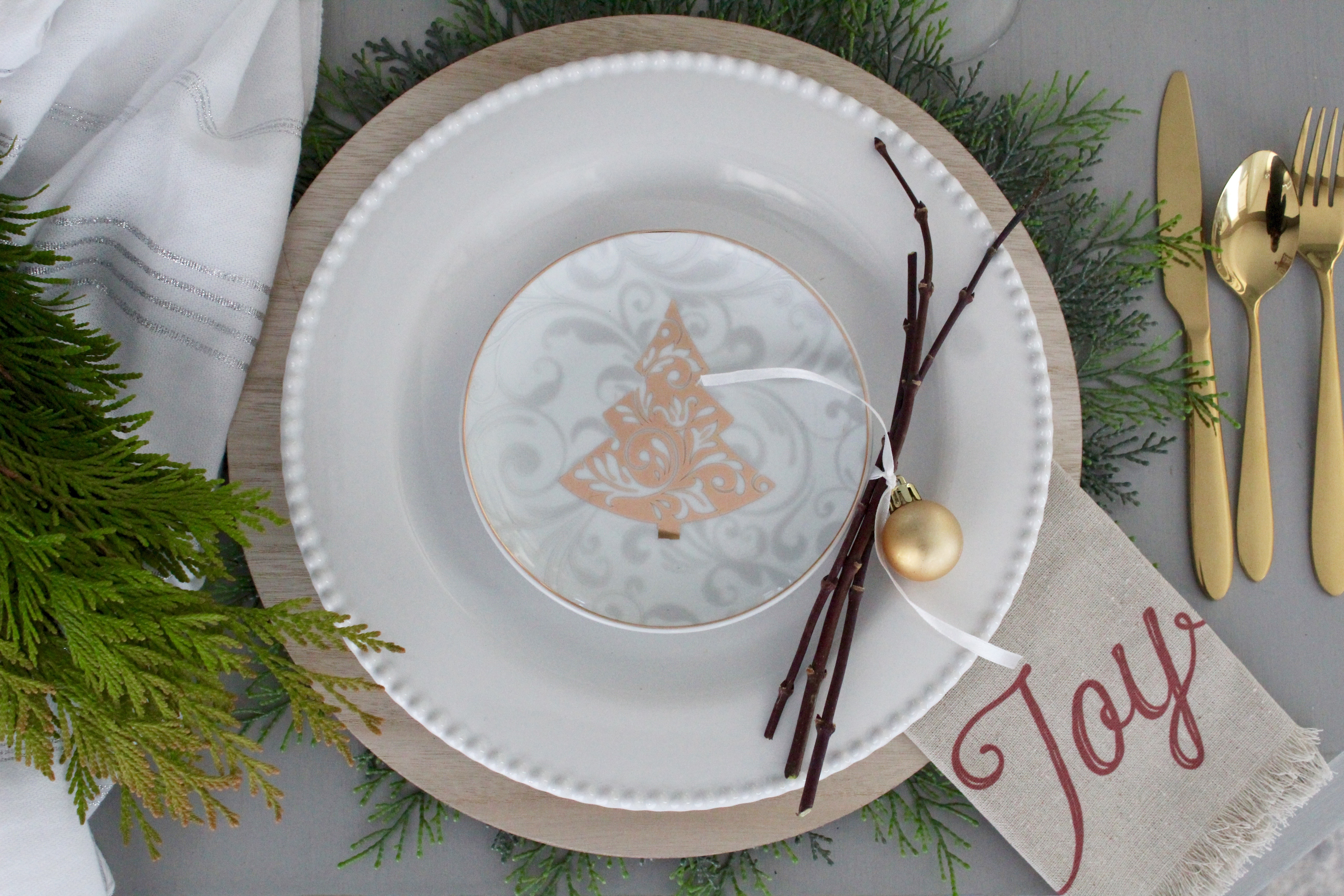 simple and charming plate adornment